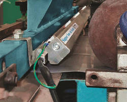 Static Eliminator neutralizes and cleans wide surfaces.