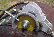 Portable Machine cuts large-diameter pipes.