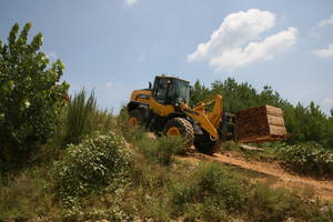 WA200-8 Wheel Loader comes with parallel-lift linkages.