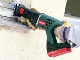 Cordless Reciprocating Saw Utilizes Lithium Ion Battery