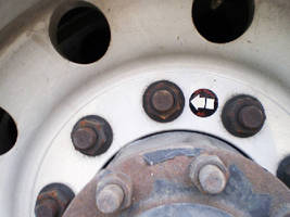 Indicator Label warns of wheel heat.